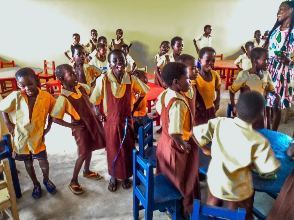 gloria-the-girls-club-intern-saying-and-dancing-with-the-kg-students-of-kpduli-in-the-new-school-building